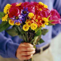 פרח נתתי לנורית  פרח קטן וכחול: פרחים, קפיטליזם ומגדר / שירה רוזנבאום ריבקין רביד ניוטון